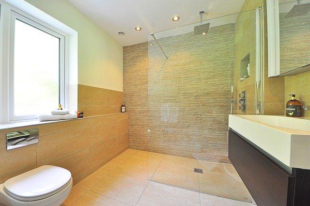 Elegancia sprchového kúta so sklenenou zástenou