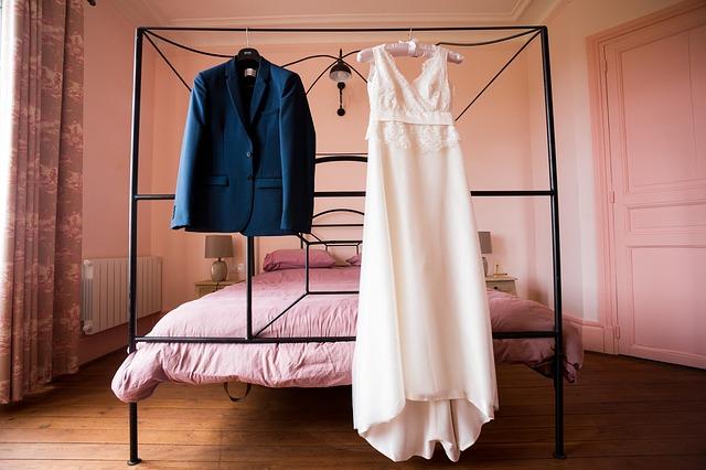 oblečení na posteli