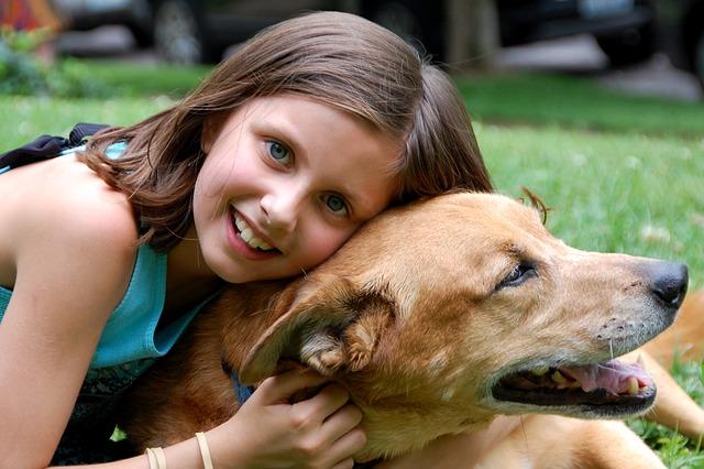 děvče a pes