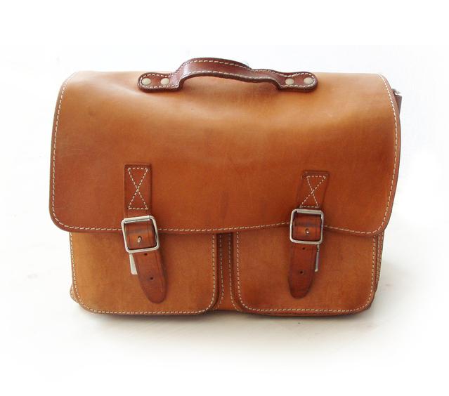 Hnedá pánska kožená taška na bielom pozadí
