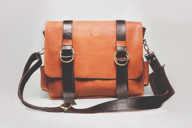 Pánska hnedočierna kožená taška cez rameno