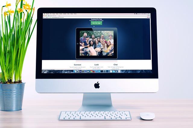 Počítač s fotografiou na obrazovke.jpg