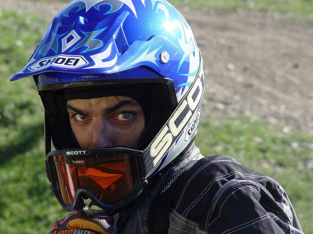 Cross motorkár s modrou prilbou na hlave