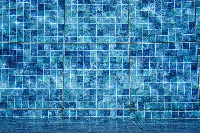 dlaždice v bazénu